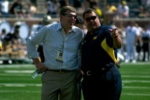 640px-Dave_Brandon_and_Brady_Hoke_Pointing